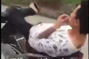 Hoảng hồn clip thanh niên nằm ngửa ra yên, lái xe bằng một chân 'tự tin' chạy băng băng trên đường