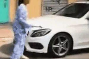 Clip người phụ nữ dùng búa đập liên tiếp phá nát xe Mercedes chắn trước nhà chỉ vì 'nó thách cô'
