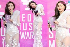 Thời trang phang thời tiết: Nhiệt độ xuống -2, nữ MC của Seoul Music Award vẫn diện váy mỏng tang khiến fan thấy rét thay