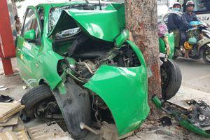 Taxi tông liên hoàn 2 ôtô ở TP.HCM, 2 người bị thương nặng
