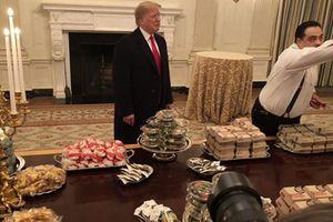 Ông Trump chiêu đãi đội bóng vô địch với cả 'biển' hamburger