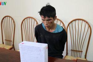 Đối tượng mang 4 bánh heroin dùng hung khí chống trả trinh sát