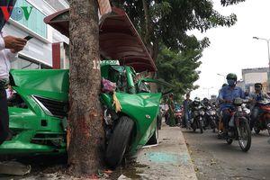 Taxi bẹp dúm sau khi tông loạt ô tô và đâm sập nhà chờ xe buýt
