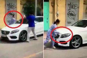 Clip: Bị thách thức, người phụ nữ cầm dao, búa đập phá xe Mercedes đỗ trước cửa nhà