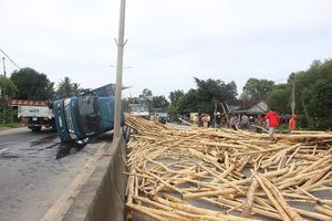 Lật xe gỗ keo, người dân giúp tài xế gom gỗ