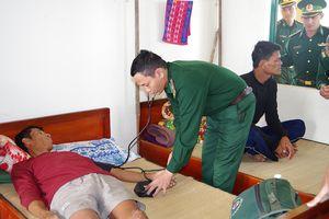 BĐBP Bình Định tiếp nhận 2 ngư dân Philippines gặp nạn trên biển