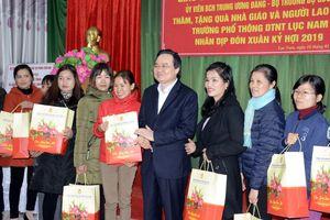 Bộ trưởng Phùng Xuân Nhạ thăm và tặng quà Tết giáo viên, học sinh có hoàn cảnh khó khăn