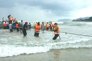 Cứu kéo thuyền đánh cá bị chìm trên biển Lăng Cô