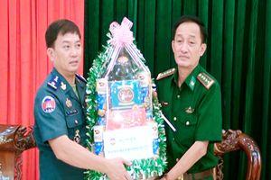 Hiến binh tỉnh Svay Rieng thăm, chúc Tết BĐBP Long An