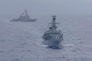 Tàu chiến Mỹ, Anh diễn tập chung trên Biển Đông