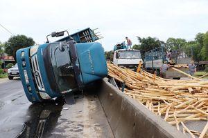 Xe tải chở keo lật ngang QL1A, hai người bị thương