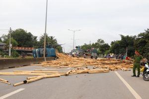 Hơn 10 tấn cây đổ ra đường, 2 người bị thương nặng