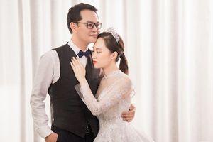 Trọn bộ ảnh cưới lãng mạn của NSND Trung Hiếu và vợ kém 19 tuổi