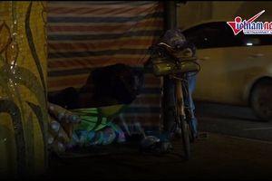 Người vô gia cư chống chọi cái rét thấu xương đêm đông Hà Nội