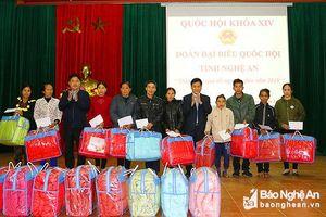 Đoàn ĐBQH tỉnh trao quà Tết cho người nghèo ở Anh Sơn