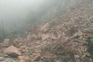 Hàng ngàn m3 đất đá chắn ngang QL8A, cửa khẩu Cầu Treo bị chia cắt