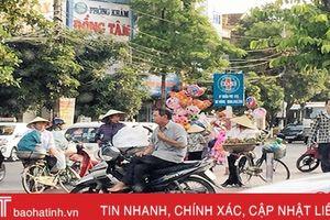 Hàng rong lại 'bủa vây' cổng Bệnh viện Đa khoa Hà Tĩnh