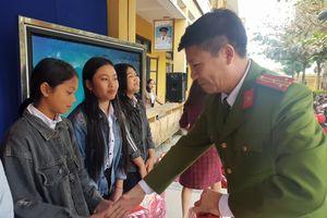 Mang quà tết đến với học sinh vùng biên giới