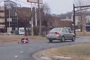 Clip: Mẹ chủ quan khiến bé gái hai tuổi văng khỏi xe ô tô đang chạy