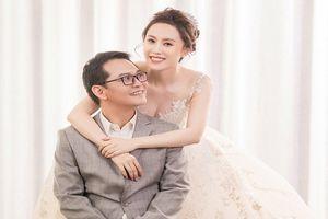 NSND Trung Hiếu chụp ảnh cưới tình tứ bên vợ hotgirl kém 19 tuổi
