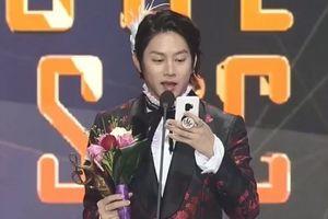 EXO thắng giải đặc biệt tại Seoul Music Awards nhưng chỉ nhận… qua điện thoại