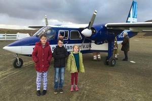 3 học sinh đi máy bay đến lớp học bơi tưởng như rich kid nhưng sự thật mới khiến nhiều người ngã ngửa