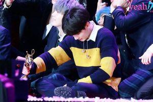 Jungkook (BTS) không đứng vững, ngã ngay trên sân khấu lễ trao giải khiến fan xót xa