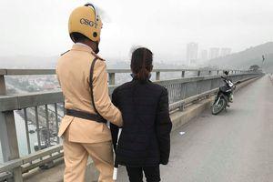 Cảnh sát giao thông cứu phụ nữ nhảy cầu Bãi Cháy