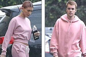 Justin Bieber và Hailey Baldwin ra phố với set đồ đôi màu hồng rực rỡ