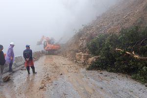 Sạt lở nghiêm trọng ở Hà Tĩnh, tuyến đường huyết mạch Việt - Lào bị chia cắt