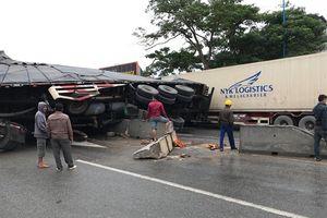 Nghệ An: Tránh xe máy, xe container đè bẹp xe bán tải chạy ngược chiều