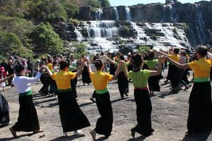 'Bảo tồn, phát huy truyền thống, bản sắc văn hóa các dân tộc'