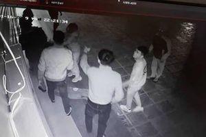 Nữ nhân viên bị 4 thanh niên trêu ghẹo rồi tấn công trong đêm đang trong tình trạng sốc tâm lý nặng