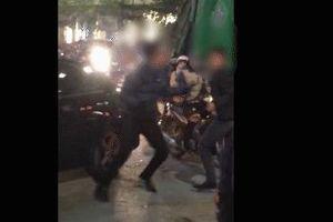 CLIP: SH chặn đầu ô tô, 2 thanh niên bảnh bao lao vào ẩu đả giữa phố đông đúc