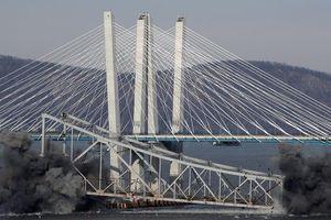 Bom đánh sập cầu New York trong tích tắc