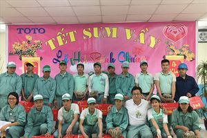 Tổng giám đốc và NLĐ Cty TNHH TOTO Việt Nam trao yêu thương