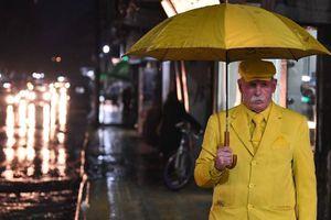 Người đàn ông 35 năm chỉ mặc màu vàng, bất chấp nguy hiểm