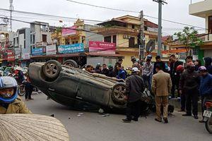 'Xế hộp' Camry bất ngờ bị tai nạn lật ngửa ở đường giao cắt vào bệnh viện