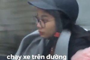 Hot girl vừa bấm điện thoại, vừa gác chân chạy xe trên đường