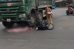 Xe máy kẹp 3 va chạm với xe tải, bé trai 2 tuổi tử vong thương tâm
