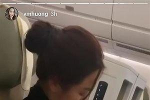 Showbiz 17/1: Phạm Quỳnh Anh ôm chặt con gái trên máy bay gây xúc động