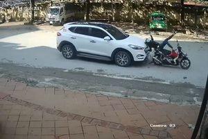 Vừa dừng đèn đỏ, người phụ nữ chở con trên xe máy bị ô tô đâm từ phía sau