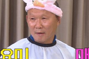 Còn ai số đen hơn HLV Park Hang Seo: Đã phải đội mũ tai thỏ còn bị MC chương trình vẽ mực lên mặt