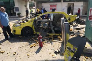 Đang đổ xăng, taxi bị xé toạc vì tự phát nổ ở Thái Lan