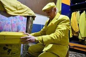 Cụ ông luôn mặc đồ màu vàng cả ngày lẫn đêm, từ trong nhà ra ngoài phố suốt 35 năm