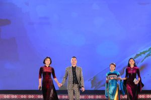 BST áo dài sang trọng của NTK dân tộc thiểu số tại Lễ hội văn hóa thổ cẩm Việt Nam
