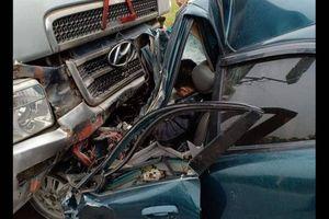 Đối đầu xe container, xế hộp vỡ nát, tài xế mắc kẹt tử vong trong cabin