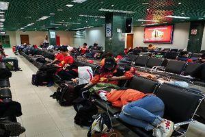 Sau chiến thắng Yemen, CĐV Việt Nam vật vờ ở sân bay chờ về nước