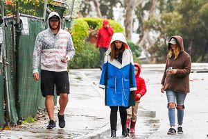 Chris Pratt và con gái 'Kẻ hủy diệt' dạo bộ dưới mưa sau khi đính hôn