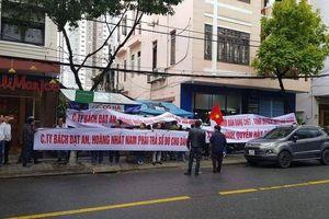 Hàng trăm người mua đất dự án ở Quảng Nam căng băng rôn đòi sổ đỏ